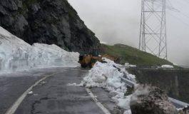 GALERIE FOTO - Zăpadă din belşug pe Transfăgărășan! Drumarii lucrează în continuare pentru eliberarea drumului