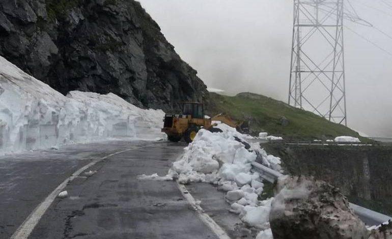 GALERIE FOTO – Zăpadă din belşug pe Transfăgărășan! Drumarii lucrează în continuare pentru eliberarea drumului