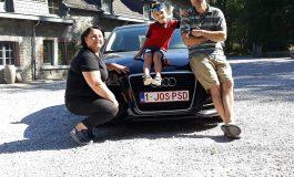 Moda mesajelor anti-PSD ia amploare! O familie de români din Belgia vine acasă cu un Audi '1 JOS PSD'