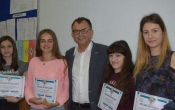 PREMIATE DE PRIMĂRIE! Câte un sejur la mare pentru elevele cu cele mai mari medii la Bacalaureat din Mioveni