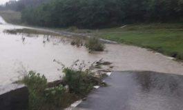 VIDEO si FOTO! Potop la Tigveni, drumuri acoperite de ape