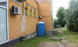"""La Curtea de Arges turistii reclama lipsa WC-urilor publice: """"Pacat de orasul asta! Ne facem nevoile in baruri sau tufisuri"""""""