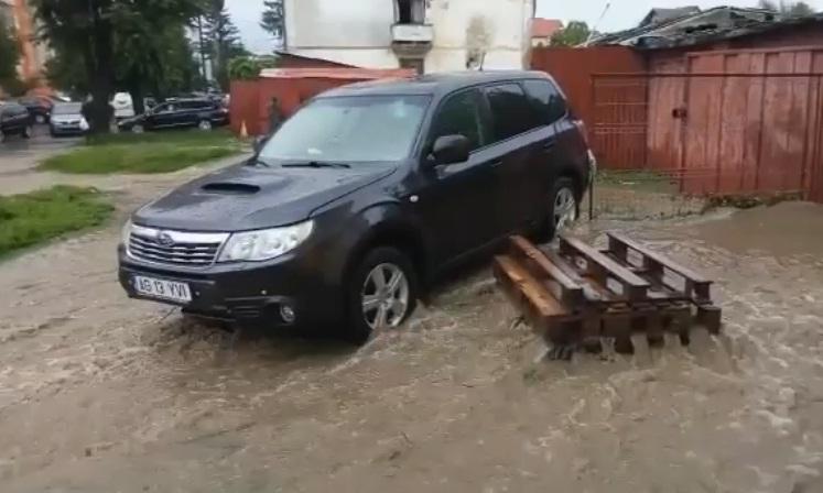 VIDEO ! La Câmpulung ploaia a făcut ravagii – Pompierii rămân mobilizați