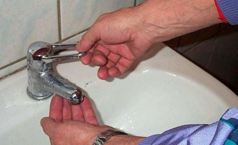 ARGEŞENII SESIZEAZĂ: RISIPĂ PE BANII NOŞTRI ! La Şipot o conductă spartă de 3 luni nu a fost reparată nici acum