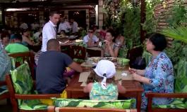 VREAU LA MAMA ! Criză de personal în turismul de pelitoral - Tinerii de 16-18 ani cedează după o lună și se întorc la părinți
