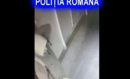 VIDEO - ÎL CUNOASTEŢI ? Un bărbat care incendiază uşile apartamentelor este căutat de poliţişti