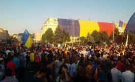 A reînceput protestul în Piaţa Victoriei. Sute de persoane în faţa Guvernului