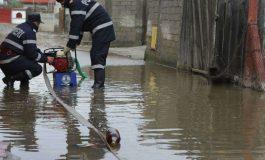 Vremea face din nou RAVAGII: Zeci de gospodării inundate, drum județean și un pod de cale ferată, blocate