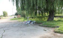 Muncitorii de la SPU se luptă cu munţii de gunoaie din târgul săptămânal