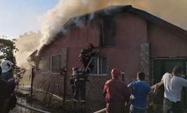 ACUM ! Casă în flăcări la Sălătrucu - Pompierii în alertă