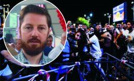 NE MÂNDRIM CU EL ! Protestatarul care a apărat-o pe jandarmeriţă este din Curtea de Argeş