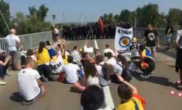 VIDEO ACUM ! Tensiuni la graniţa cu Moldova ! Se cântă imnul Romaniei in fata blocajului forţelor de ordine moldovene