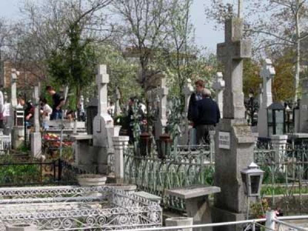 HALUCINANT ! Ce fac tinerele cupluri din Argeş în cimitire ? Mărturia unui paznic