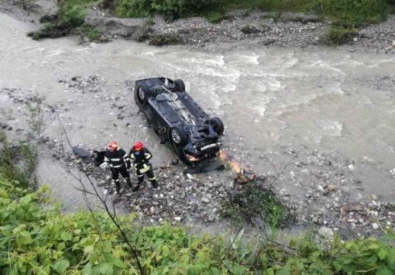 ACUM! Accident la Corbeni - A plonjat cu mașina în râu