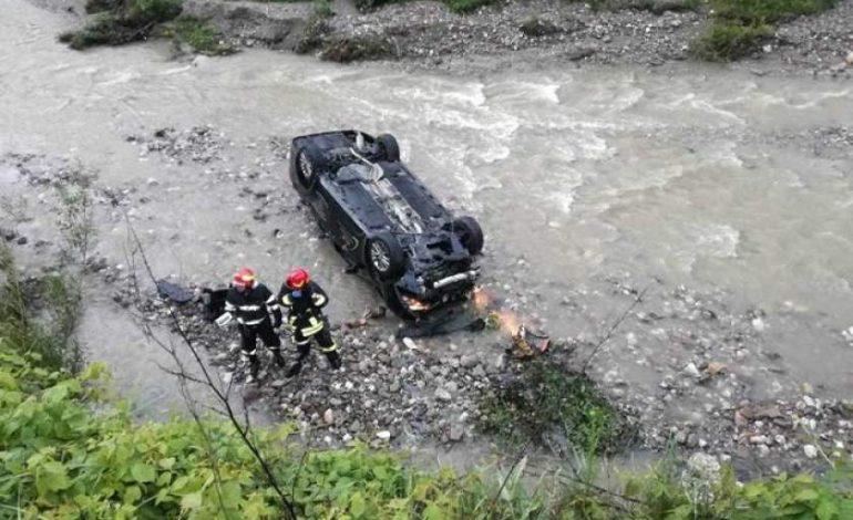 ACUM! Accident la Corbeni – A plonjat cu mașina în râu
