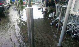 VIDEO! Ploaia a făcut ravagii la Curtea de Argeş - Parcarea LIDL si câteva garaje au fost inundate