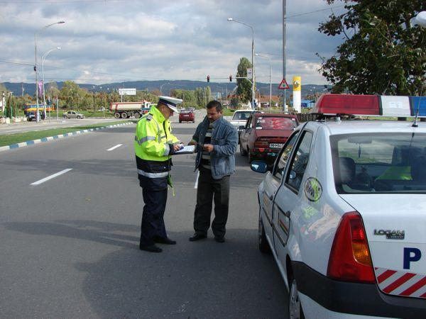 ATENȚIE! Șoferii care sunt prinși în trafic că vorbesc la telefonul mobil, riscă să li se suspende permisul