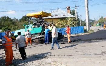 """Ghiţă s-a ţinut de cuvânt: toarnă covor asfaltic la Noapteş - """"Dacă nu se întorcea deputatul acasă nu se asfalta !"""" spun nopteşenii"""