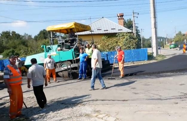 """Ghiţă s-a ţinut de cuvânt: toarnă covor asfaltic la Noapteş – """"Dacă nu se întorcea deputatul acasă nu se asfalta !"""" spun nopteşenii"""
