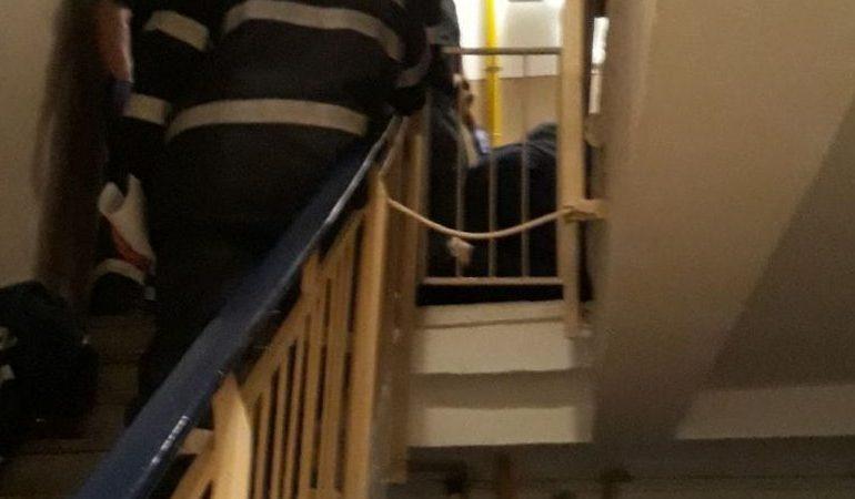 ACUM! Un bărbat căzut pe casa scării – INTERVINE SMURD