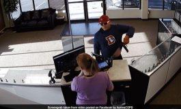 Hoţul ghinionist: Când să jefuiască un magazin, i-a căzut arma şi şi-a pierdut şi pantalonii
