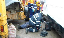 La un pas de moarte! Aproape strivit de propria mașină in timp ce o repara