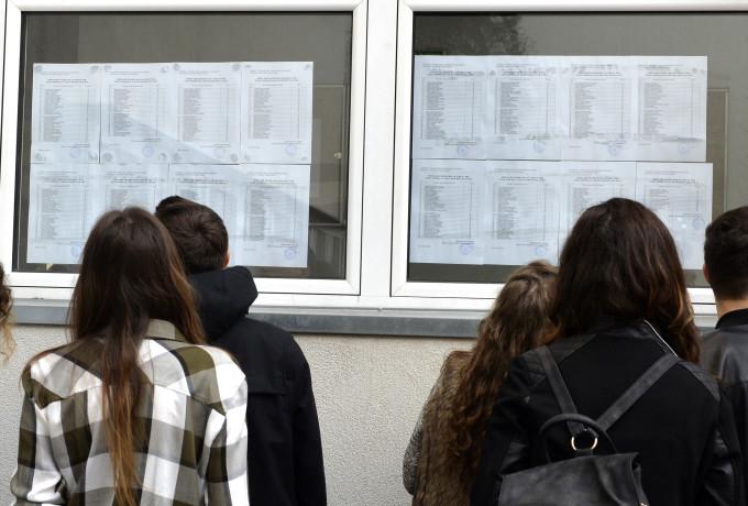 GATA: De anul viitor, elevii nu mai sunt admiși la liceu fără media 5 la Evaluarea Națională. Pentru ei devine obligatoriu învățământul profesional