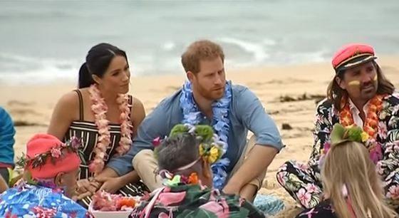 Au renunţat la PROTOCOL: Prinţul Harry şi Meghan Markle, în picioarele goale pe plajă