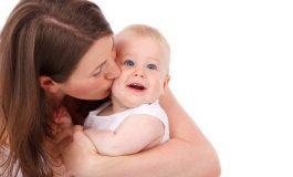 Mamele cu cel puțin trei copii vor putea să iasă la pensie mai devreme, a aprobat Senatul