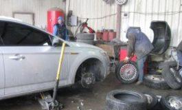 Cozi la vulcanizări în Argeş! Şoferii au dat buzna în service-uri auto pentru a schimba cauciucurile