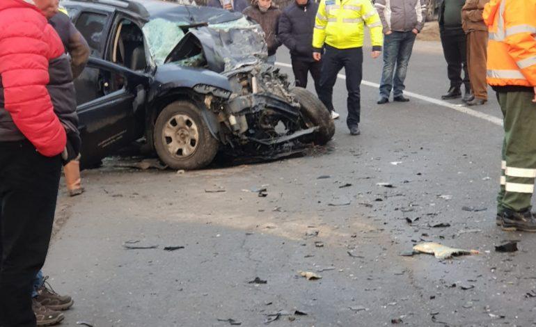 FOTO VIDEO Accident grav cu 2 morti la Curtea de Arges – Impact intre masina de gunoi si autoturism