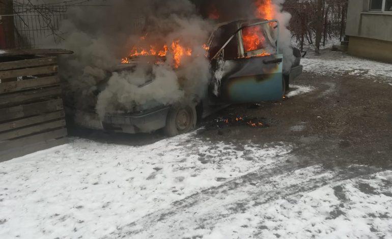 ACUM! Autoturism în flăcări în Argeș