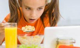 Greşeli grave în alimentaţia copiilor - tableta sau telefonul în faţă