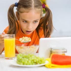 Greşeli grave în alimentaţia copiilor – tableta sau telefonul în faţă