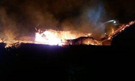 ACUM! Incendiu de proporții in Argeș, la o fabrică de mobila