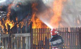 ACUM! Casă în flăcări la Tigveni - Intervin pompierii cu trei mașini
