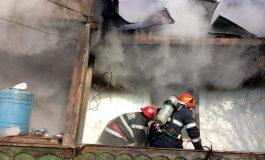 VIDEO ACUM ! Casă în flăcări în Argeş - Bărbat carbonizat !