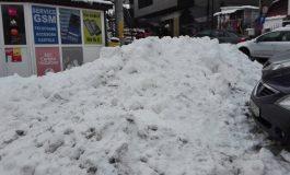 Să vină ploaia sau soarele să curețe zăpada de pe trotuare, că Primăria nu e în stare!