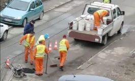 VIDEO! VAI ŞI-AMAR - UITE cum se pune asfaltul la Curtea de Argeş de sar plombele în 2 zile