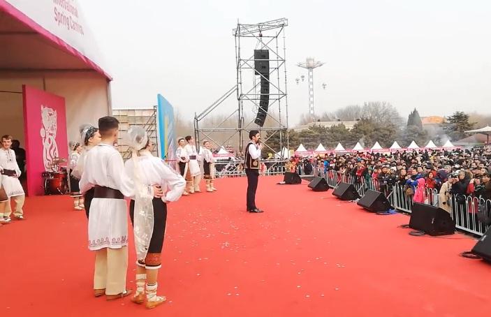 """Tradiţiile şi folclorul argeşean au cucerit China –Ansamblul """"Plai de Dor"""" din Mioveni, reprezentaţii de excepţie la Beijing"""