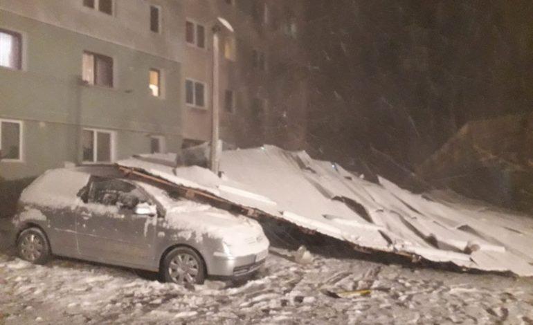 VIDEO si FOTO ACUM ! Prăpăd in Argeş! Acoperisuri smulse, masini avariate si accidente in lanț