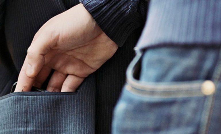 Jaf in miezul zilei la Curtea de Argeș – O tânără a deposedat de bani un barbat