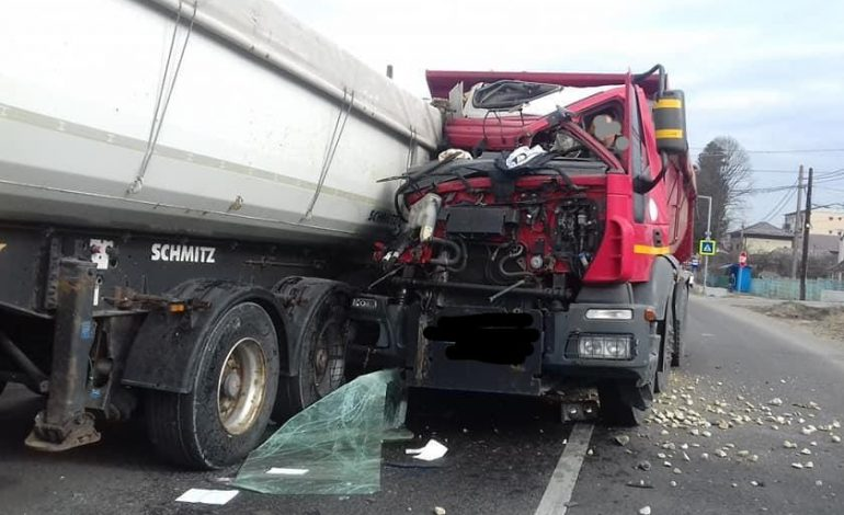 ACUM! Grav accident în Argeș – 2 camioane pline cu piatra s-au ciocnit