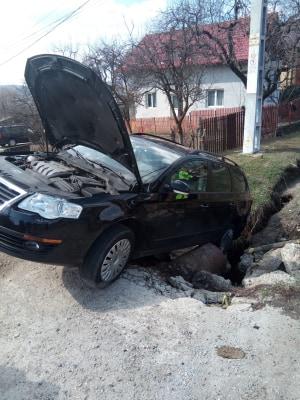 ACUM ! A agățat mașina de o conductă de gaz