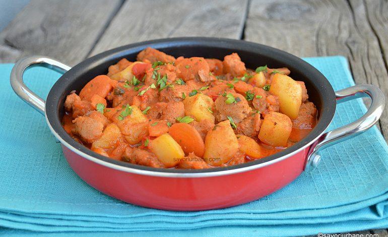 Tocăniță de soia cu cartofi, ceapă și sos de roșii – rețeta de post