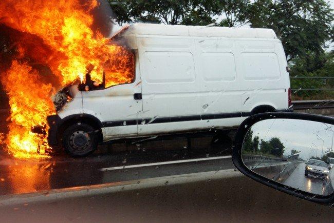 ACUM ! Maşină în flăcări în Argeş – Pompierii în alertă