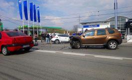 VIDEO ! ACCIDENT GROAZNIC IN ARGEȘ- Un Renault a dărâmat un stâlp de electricitate, un Duster a rămas fără motor