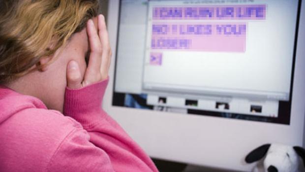AVOCATUL RASPUNDE: Cum opreşti pe cineva care te hărţuieşte/ameninţă pe Facebook
