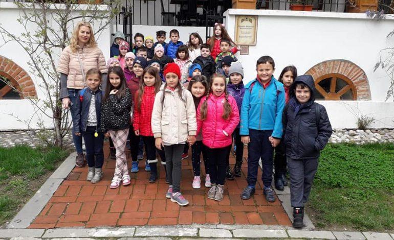 """""""Școala altfel """" la Muzeul Golești – 65 şcoli din toată ţara participă la programul educațional"""