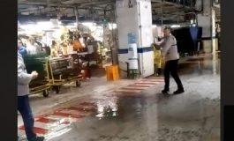 VIDEO - IMAGINI INCREDIBILE la Uzina DACIA: PLOUĂ ÎN HALELE DE PRODUCTIE